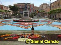 Piazza del Popolo Infiorata 2005  - Vittoria (7428 clic)