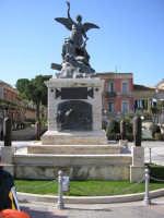 Piazza del popolo Il monumento ai caduti  - Vittoria (5214 clic)
