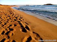 Il lungo cammino.<font color=#ffffff>spiaggia mare orma estate piede sud</font>  - Isola delle correnti (4794 clic)