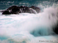 Onda profonda. Quel giorno il mare mi ha chiamato con voce grossa, grave. Sotto la pioggia sono uscito e non ho potuto fare a meno di scattare sulla sua furia.<font color=#ffffff>mare burrasca tempesta</font>  - Santa maria la scala (6108 clic)