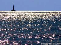 Su un manto di luce.<font color=#ffffff>sole mare barca vela</font>  - Isola delle correnti (3865 clic)