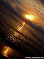 Il saluto del Sole.<font color=#ffffff>tramonto mare sole estate sud nuvole cielo</font>  - Isola delle correnti (1633 clic)