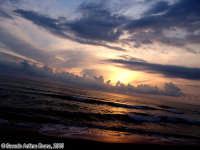 Il sereno tramontare. Non ho mai visto nulla di comparabile al tramonto sul mare dell'isola delle Correnti.<font color=#ffffff>tramonto mare sole estate sud nuvole cielo</font>  - Isola delle correnti (2350 clic)
