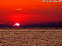 Il tuffo del Sole (la palla di luce si spegne)<font color=#ffffff>tramonto mare sole estate sud nuvole cielo</font>  - Isola delle correnti (2283 clic)
