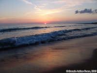 Tramonto dipinto (a fuoco sull'infinito).<font color=#ffffff>tramonto mare sole estate sud nuvole cielo</font>  - Isola delle correnti (6873 clic)