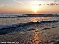 Il Sole in mezzo al Mare.<font color=#ffffff>tramonto mare sole estate sud nuvole cielo</font>  - Isola delle correnti (2691 clic)