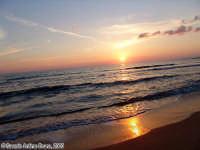 Fino all'ultimo raggio (Ti aspettero' fino a domani).<font color=#ffffff>tramonto mare sole estate sud nuvole cielo</font>  - Isola delle correnti (2630 clic)