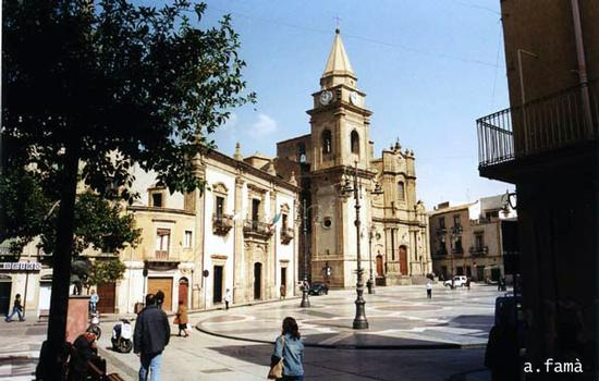 Piazza della Repubblica, Municipio e Chiesa di S. Basilio - REGALBUTO - inserita il 18-Dec-15