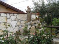 Casa di campagna, un particolare della cascata d'acqua con la statua di Padre Pio  - Centuripe (3574 clic)