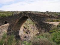Ponte dei Saraceni si trova nel territorio di Adrano tra le province di Enna e Catania , a testimonianza dell'architettura Islamica presente nella Sicilia orientale. Anticamente, era usato per lo scambio di merci tra le diverse civilta' sulle rive del fiume Simeto  - Adrano (6488 clic)