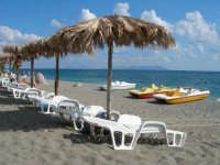 Spiaggia attrezzata Sun Beach sullo sfondo panorama delle isole eolie.  - Patti marina (3142 clic)