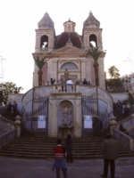 Il simulacro di S. Giuseppe sosta davanti l'artistica balconata.  - Aci catena (5664 clic)