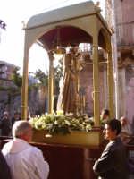Il simulacro di S. Giuseppe sulla vara prima della processione.  - Aci catena (5133 clic)