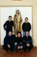 Il simulacro di S. Giuseppe con alcuni membri della commissione.  - Aci catena (6120 clic)