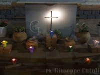 Altare attorniato dai segni dei sette doni dello Spirito Santo nella notte di Pentecoste 2007  - San giovanni la punta (4873 clic)