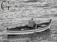 Un pescatore sulla sua barca  - Aci trezza (2152 clic)