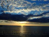 Prime luci del mattinonascoste dalle nuvole che si riflettono sul mare  - Aci trezza (1669 clic)
