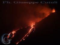Pirotecnica esplosione dal cratere di sud-est del vulcano con annessa attività effusiva 19-11-2006 ore 22.00  - Milo (3509 clic)