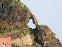 Apertura nella roccia dell'isoletta   - Aci trezza (1590 clic)