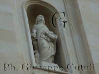 Particolare dell'immagine di San Giovanni Evangelista sul frontale della chiesa Madre si San Giovanni la Punta  - San giovanni la punta (2009 clic)