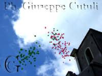 Palloncini lasciati volare all'uscita del Sacro Simulacro di San Giovanni durante la celebrazione del 27 dicembre 2006  - San giovanni la punta (2228 clic)