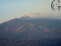 Attività effusiva Etna del 09-11-2006 vista dal balcone di un palazzo si San Giovanni la Punta ore 16.30  - San giovanni la punta (1657 clic)