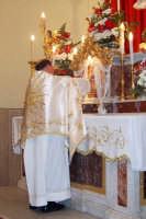 Il Parroco ripone il SS. Corpo e Sangue di Cristo nel Tabernacolo dell'altare maggiore  - Catenanuova (4056 clic)