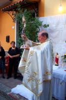 Il Parroco dopo la preghiera su un altarino mostra l'ostensorio contenente il corpo di Cristo ai fedeli  - Catenanuova (4933 clic)