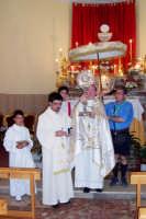 Il Parroco Don Natale Bellone e il Vicario Cooperatore don Giorgio Martin si preparano per portare in processione il prezioso ostensorio contenente il Corpo di Cristo, alle spalle, un fedele sorregge l'ombrello cerimoniale, simbolo della presenza del Cristo tra noi  - Catenanuova (5338 clic)