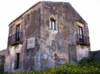 FONDACO CUBA SITUATO IN C.DA CUBA A CATENANUOVA. SIN DALLA META' DEL '700 IL FONDACO SVOLGEVA LA FUNZIONE DI LOCANDA E LUOGO DI RISTORO PER I VIAGGIATORI.  - Catenanuova (3494 clic)