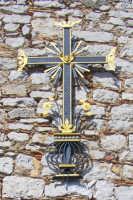 La croce ferrea di fine '800 che fa da capezzale al prospetto principale della chiesa, recentemente restaurata.  - Catenanuova (1628 clic)