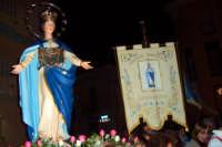 Il simulacro fermo in Piazza Madonna del Rosario circondato da una calca di Fedeli  - Catenanuova (4616 clic)