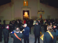 Entrata del fercolo nella chiesa madre e chiusura dei festeggiamenti con la santa messa  - Catenanuova (3968 clic)