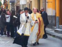 I parroci Don Natale Bellone (a destra) e Don Giorgio Martin (a sinistra) presiedono gioiosi la solenne processione del Patriarca  - Catenanuova (4810 clic)