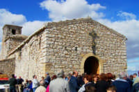 Monte Scalpello - I fedeli ascoltano la Santa Messa da fuori date le ristrette dimensioni del santuario  - Catenanuova (1656 clic)