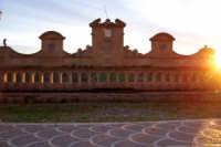 La Granfonte di Leonforte e una fontana monumentale eseguita intorno al 1652 fu fatta costruire per volontà del principe Nicolò Placido Branciforti sui ruderi dell'antica fontana di Tavi. Assume il nome tipico siciliano I vintiquattru cannola dalle 24 cannelle bronzee da cui fuoriesce l'acqua, fu usata anche per abbeveratoio del bestiame, e lavatoio pubblico fino alla metà del 1900  - Leonforte (1932 clic)