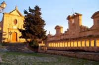 La Granfonte di Leonforte e una fontana monumentale eseguita intorno al 1652 fu fatta costruire per volontà del principe Nicolò Placido Branciforti sui ruderi dell'antica fontana di Tavi. Assume il nome tipico siciliano I vintiquattru cannola dalle 24 cannelle bronzee da cui fuoriesce l'acqua, fu usata anche per abbeveratoio del bestiame, e lavatoio pubblico fino alla metà del 1900  - Leonforte (5086 clic)