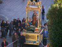 L'artistico simulacro del santo nella vara processionale viene portato per le vie della città  - Catenanuova (1688 clic)