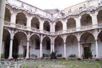 ISTITUTO STATALE D'ARTE DI CATANIA,CORTE D' INGRESSO, CON SOTTOSTANTI DECORI IN MARMO E PIETRA LAVICA.  - Catania (2583 clic)