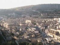 panoramica scicli con chiesa del Carmine,cava di S.Maria la Nova e palazzo comunale SCICLI adriano a