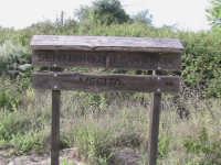 tabella che sta ad indicare il sentiero che conduce all'uscita della riserva   - Donnalucata (2464 clic)