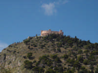 sito a 280 m. di altezza,l'omonimo castello offre al visitatore un panorama superbo della citta' di