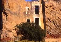 Antiche abitazioni ricavate scavando la roccia calcarenitica nel quartire arabo della città di Agrigento. L'inclinazione (verso destra) è esaltata da effetti tettonici  - Agrigento (10020 clic)
