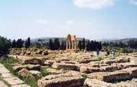 L'area dei santuari ctonii con il Tempio dei Dioscuri o Tempio di Castore e Polluce  - Valle dei templi (5966 clic)