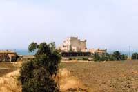 spettacolare veduta del castello di falconara affacciato sul mar Mediterraneo, la sua costruzione rissale al 1300, ma e' stata completata solo nel 1800  - Butera (12724 clic)
