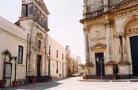 La Matrice Collegiata di S. Maria La Catena e, sulla sinistra, il Palazzo dei Principi Riggio di Campofiorito o di Campofranco   - Aci catena (8451 clic)
