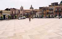 Piano Umberto. Sullo sfondo, il campanile della chiesa matrice e la cupola della chiesa di S.Giuseppe  - Aci catena (10906 clic)