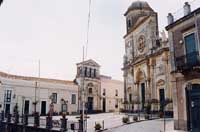 La Chiesa Matrice Collegiata di S. Maria La Catena e, sulla sinistra, il Palazzo dei Principi Riggio di Campofiorito o di Campofranco  - Aci catena (7867 clic)
