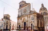 La Chiesa Matrice Collegiata di S. Maria La Catena e, sulla sinistra, il Palazzo dei Principi Riggio di Campofiorito o di Campofranco   - Aci catena (7436 clic)