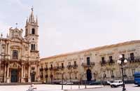 Chiesa dei SS. Pietro e Paolo e il Palazzo Comunale (Municipio)  - Acireale (12823 clic)